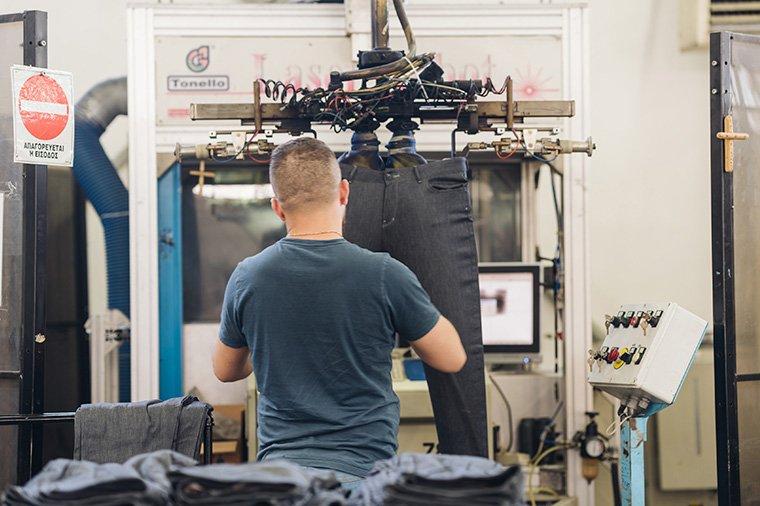 συνδυασμός χρήσης αυτοματοποιημένων μηχανημάτων και υψηλά καταρτισμένου προσωπικού